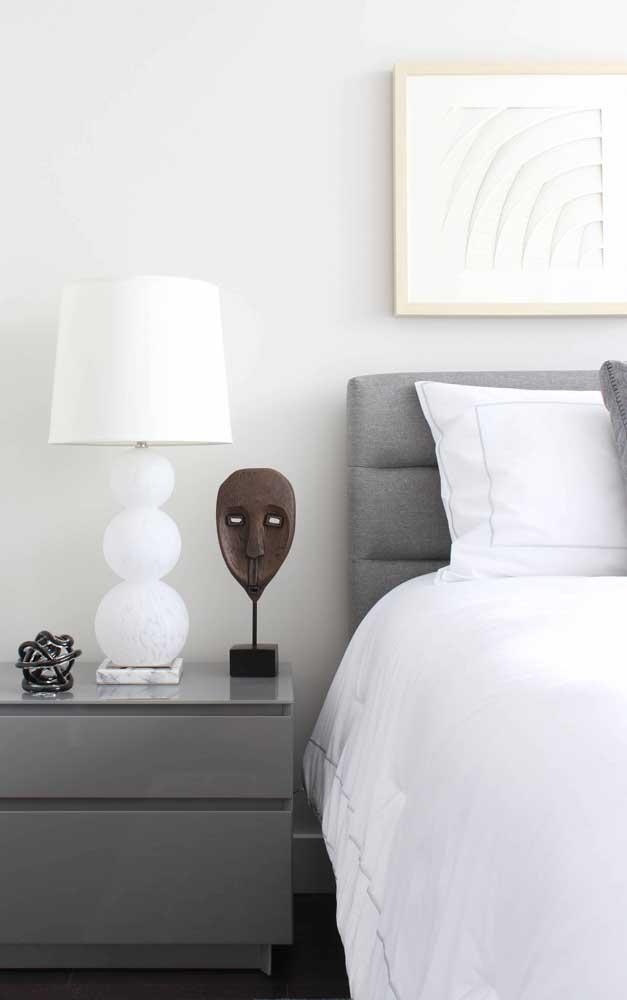 Abajur branco e clássico para o quarto de casal moderno e minimalista