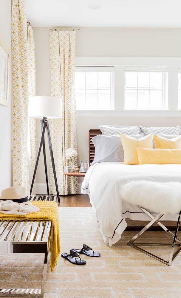 Precisa de uma iluminação que atinja uma área maior no quarto? Então aposte em uma luminária – ou abajur – de chão