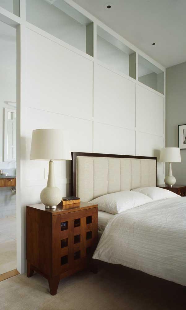 Versão clássica de uso do abajur no quarto de casal: um para cada lado sobre o criado mudo