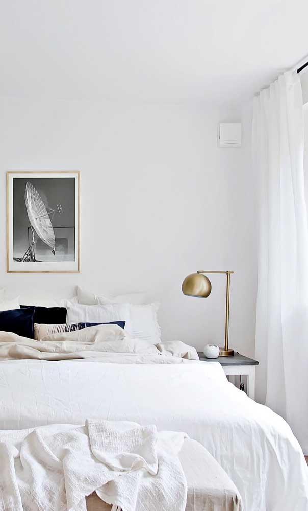 Para o quarto minimalista, um abajur dourado para ser o ponto focal