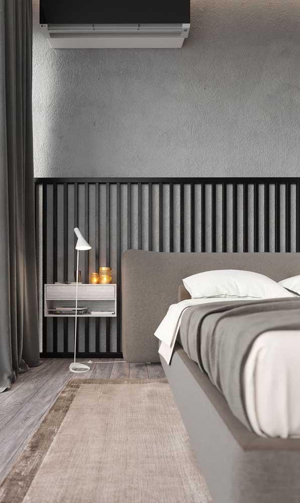 A luminária de chão, posicionada junto a cama, cumpre a mesma função do abajur de mesa