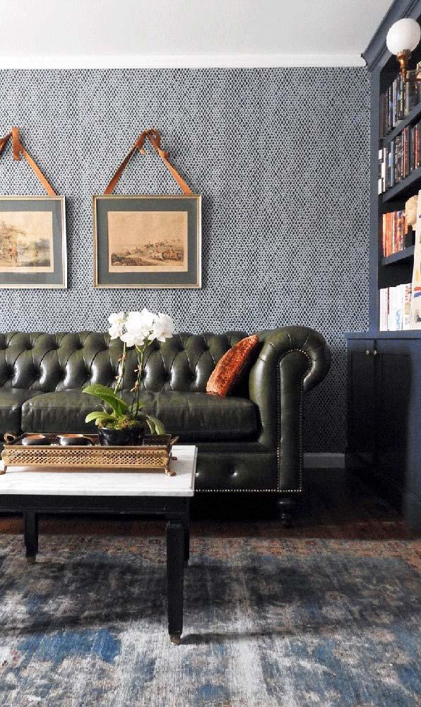 Sofá Chesterfield de três lugares na cor verde para completar a decor da sala clássica e sóbria