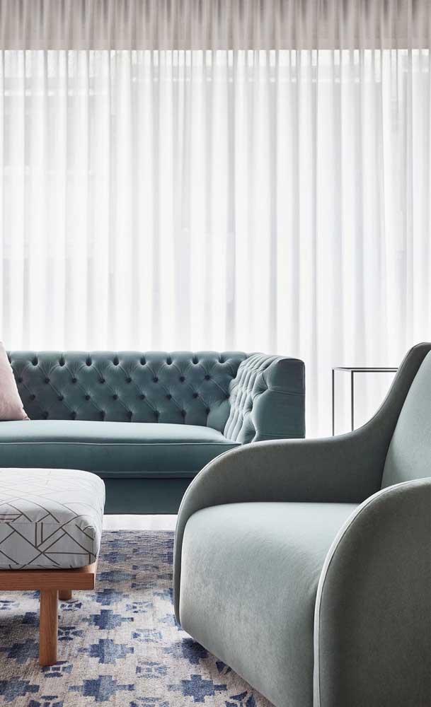 Versão moderna e repaginada do sofá Chesterfield. Repare que aqui ele ganhou um tom de azul claro e tecido de veludo