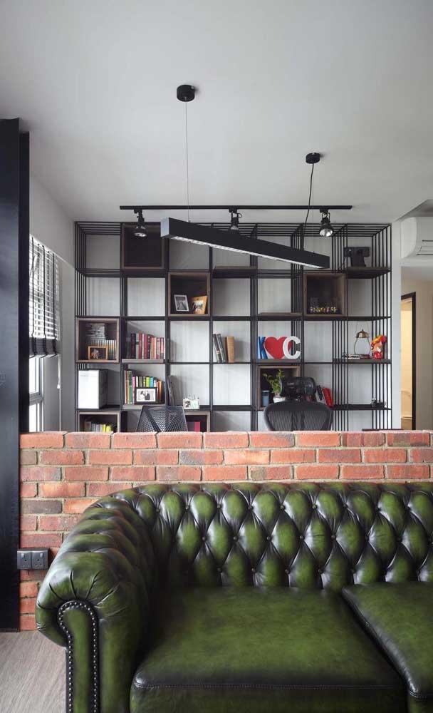 O ambiente que mescla o rústico com o moderno apostou em um sofá Chesterfield de couro verde