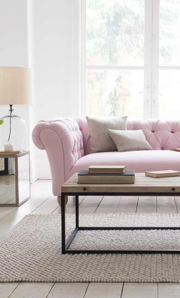 Já por aqui, o tom de rosa conferiu delicadeza e suavidade ao clássico Chesterfield