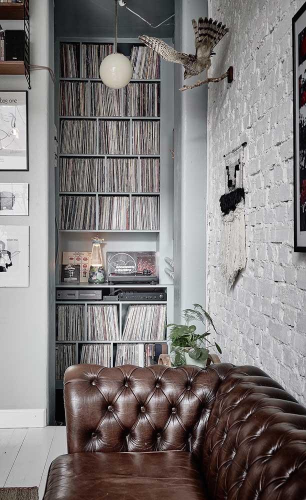 O ambiente com viés masculino se harmonizou muito bem com o sofá Chesterfield de couro marrom