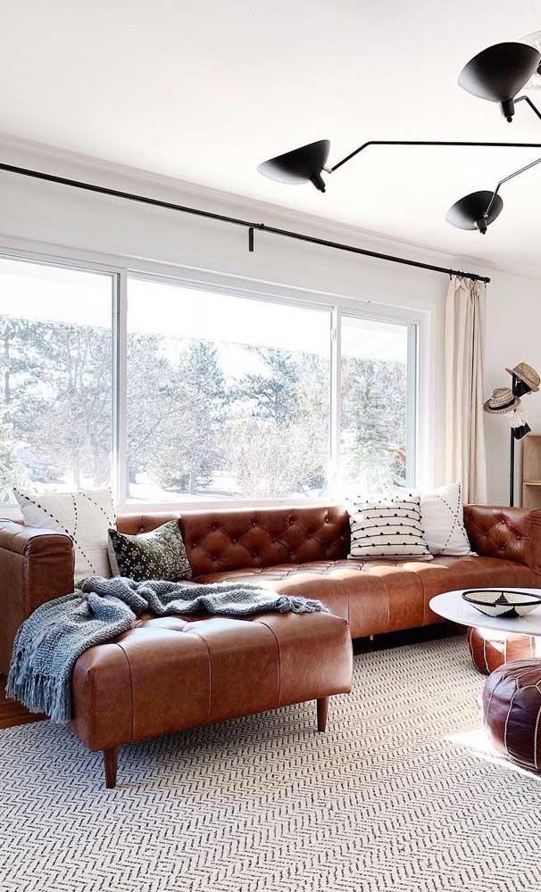 Sofá Chesterfield de couro com chaise: opção modernizada para salas de estar maiores