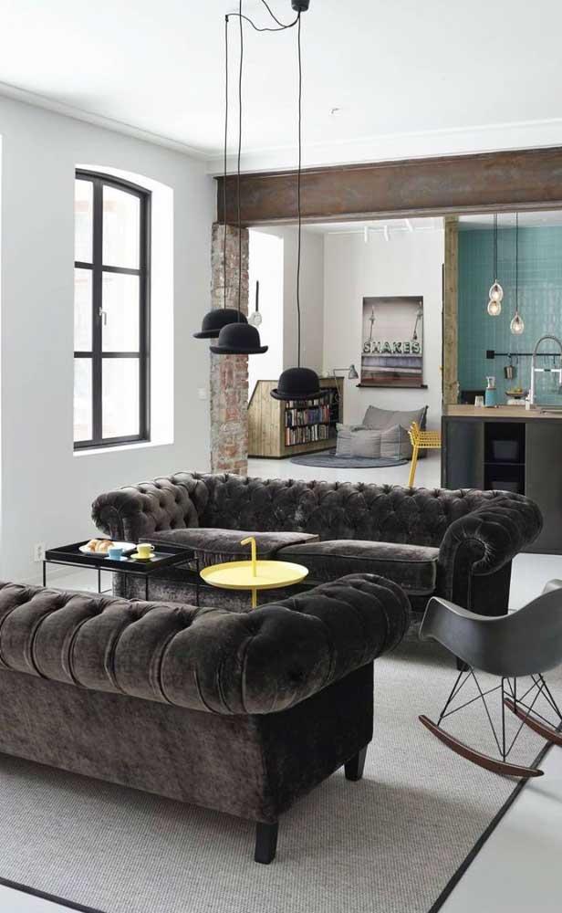 Dupla de Chesterfield em veludo preto: elegância em dobro para a sala de estar