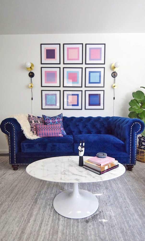 Para os mais contemporâneos, vale apostar em um sofá Chesterfield azul de veludo