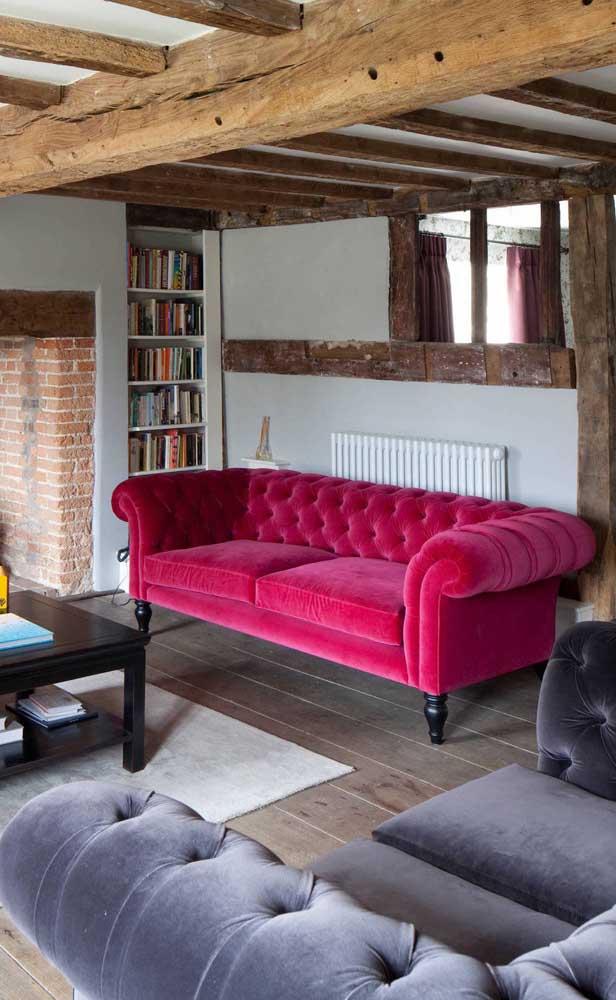 E que tal um sofá Chesterfield de veludo vermelho? Uma decor que não passa despercebida