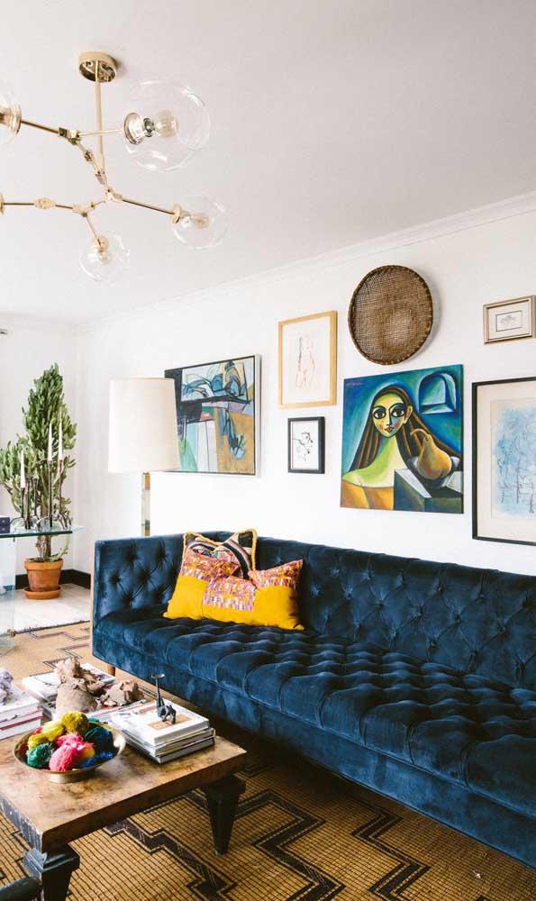 Esse modelo é para cair de amores: sofá Chesterfield de veludo azul petróleo