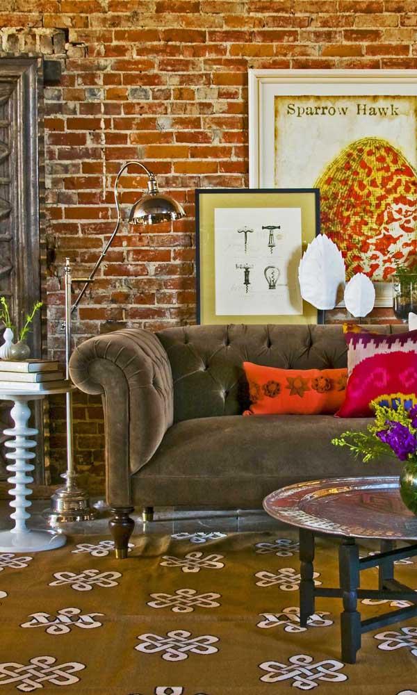 Finalize a decoração com sofá Chesterfield usando uma luminária de chão ao lado da peça