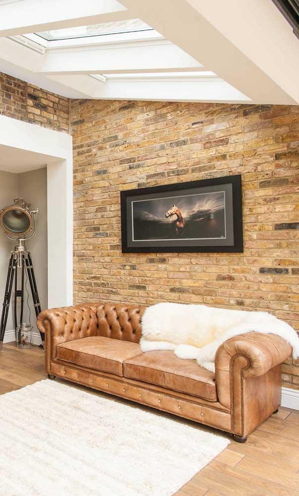 Almofadas também ajudam a deixar o sofá Chesterfield mais bonito e receptivo