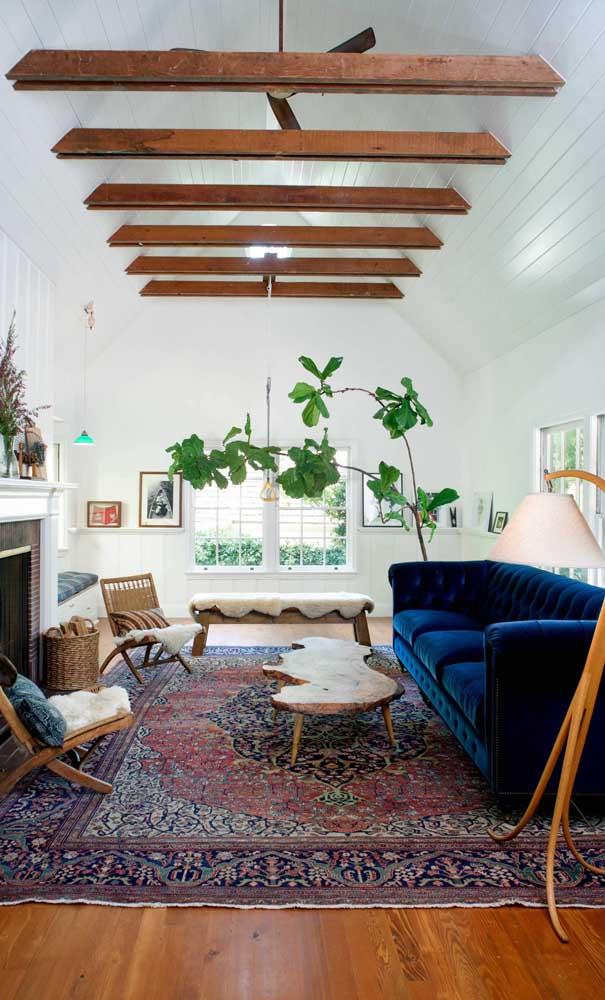 O sofá Chesterfield de veludo azul é a grande estrela dessa sala de estar! Impossível ficar imune a ele