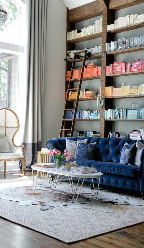 Mais uma mostra de como um Chesterfield azul pode fazer milagres pela decoração