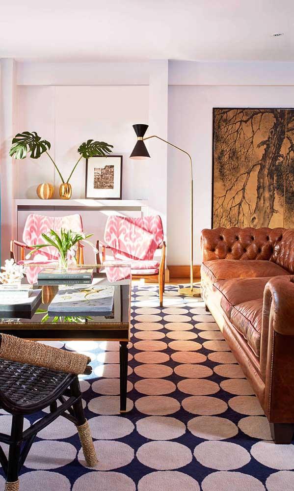 E até em um mix de estilos o sofá Chesterfield se encaixa com perfeição