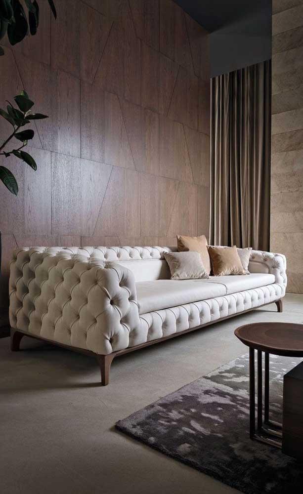 Já nessa sala de estilo industrial o sofá Chesterfield vem para provar toda sua versatilidade