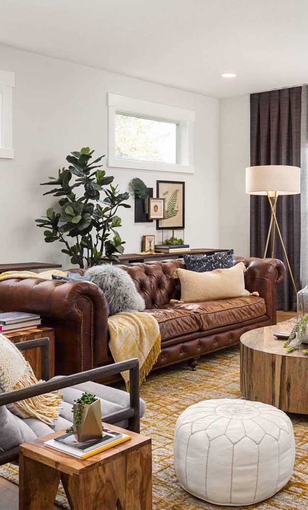 Uma inspiração maravilhosa de sala de estar decorada com sofá Chesterfied de couro marrom! A transição perfeita entre o clássico e o moderno
