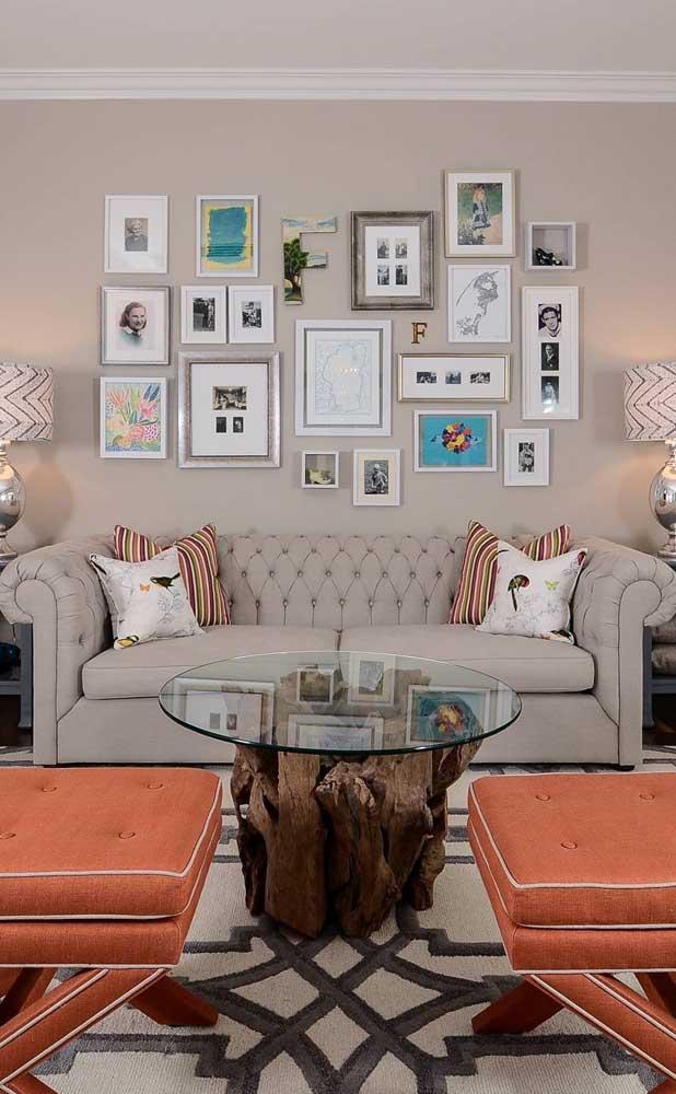 Aqui, o Chesterfield se combina com a parede formando uma composição que oferece profundidade e amplitude para a sala de estar