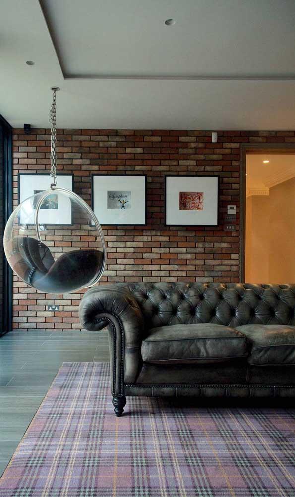 Os pés e as tachinhas que acompanham o sofá Chesterfield também ajudam a formar o estilo único dessa peça inconfundível