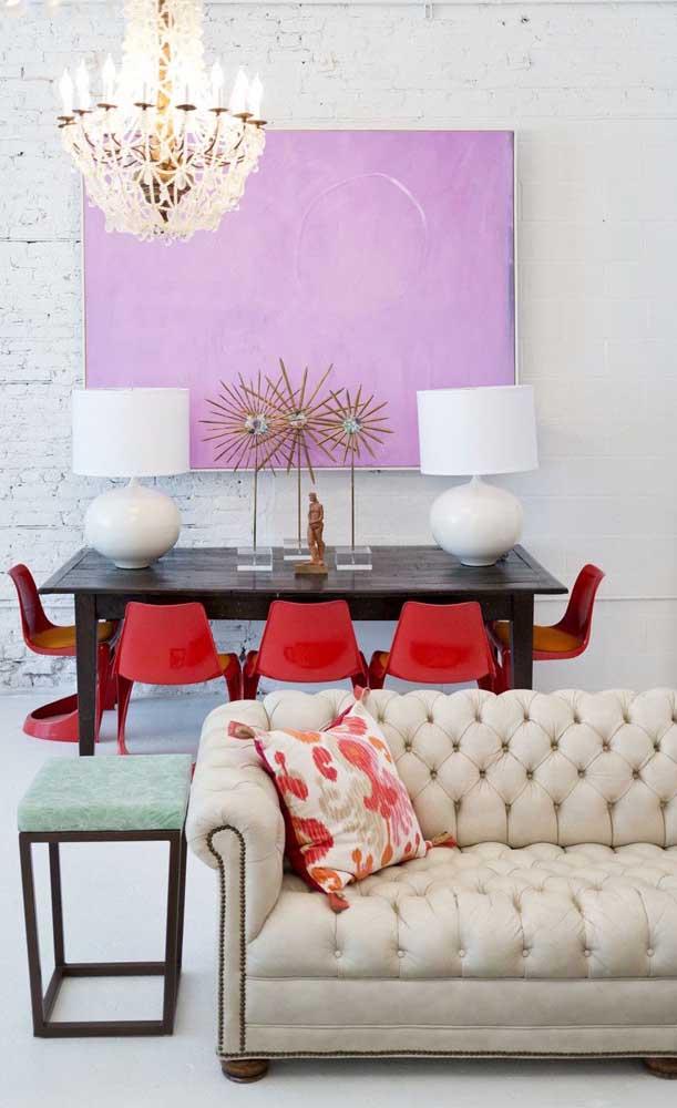 Sofá Chesterfield de couro branco para valorizar a decor contemporânea entre os ambientes integrados