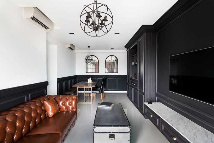 Essa sala em duo de preto e branco trouxe um Chesterfield de couro caramelo para arrematar a decor