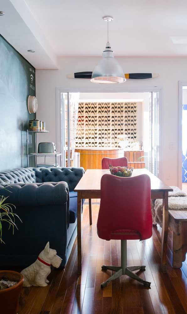 Aqui, o sofá Chesterfield azul marinho ganhou status junto à mesa de jantar