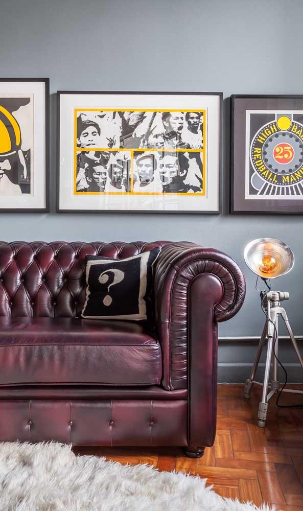 O toque retrô da sala de estar casou como uma luva com o Chesterfield de couro em tom avermelhado