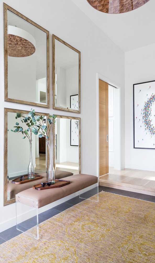 Quatro espelhos quadrados e emoldurados para elevar o nível de sofisticação do hall de entrada