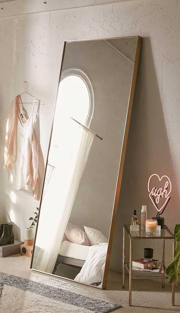 Um modo simples e moderno de decorar com espelhos grandes: apoiando-os no chão