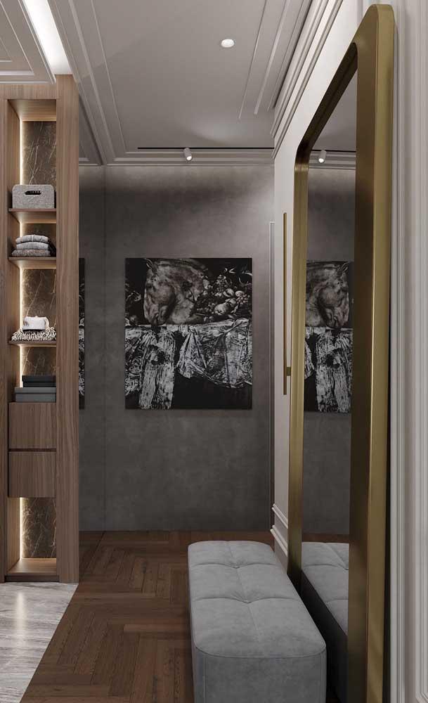 Moldura dourada para o espelho grande da sala elegante