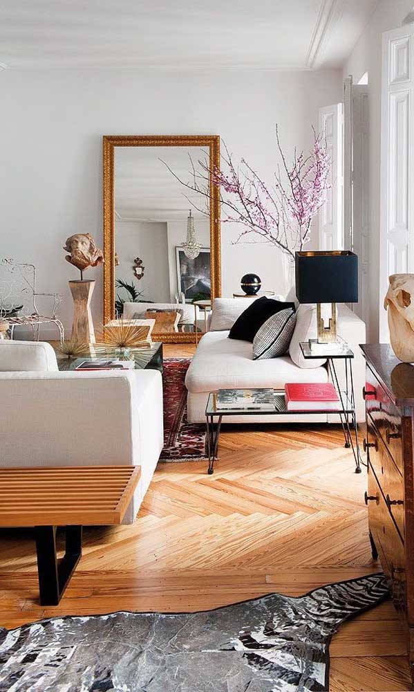 Linda inspiração de como usar o espelho de estilo veneziano na sala
