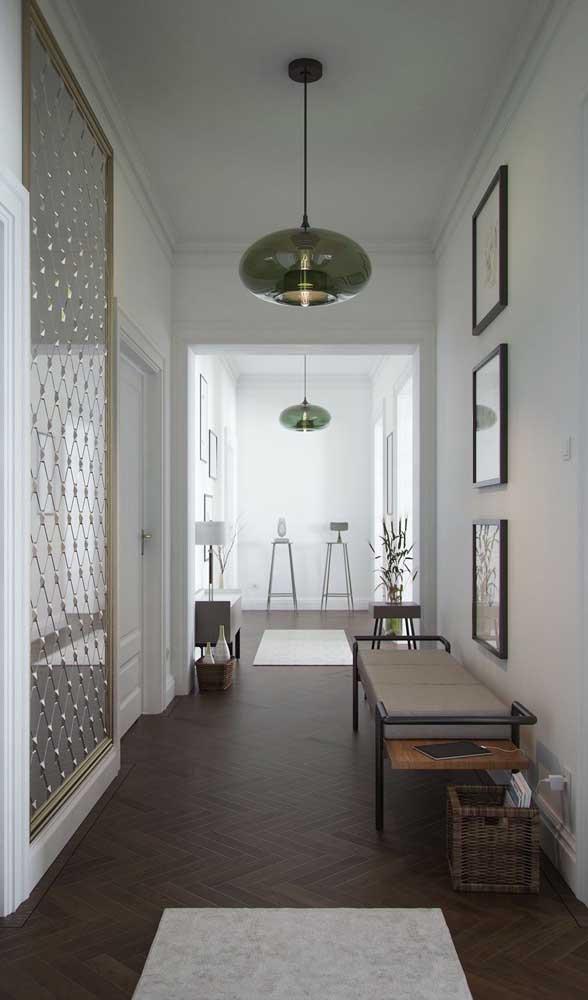 Nesse hall de entrada, o espelho que cobre toda a parede ganhou aplicações em toda sua superfície