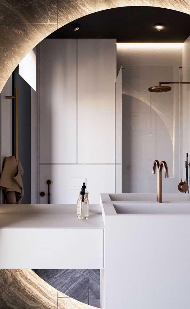 Bem incomum, esse espelho grande redondo cobre a parede da pia do banheiro e ainda conta com uma iluminação difusa na parte de trás