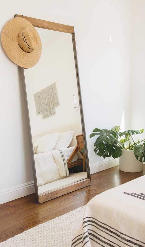 A decor de estilo clean e escandinavo optou por um espelho grande apoiado no chão
