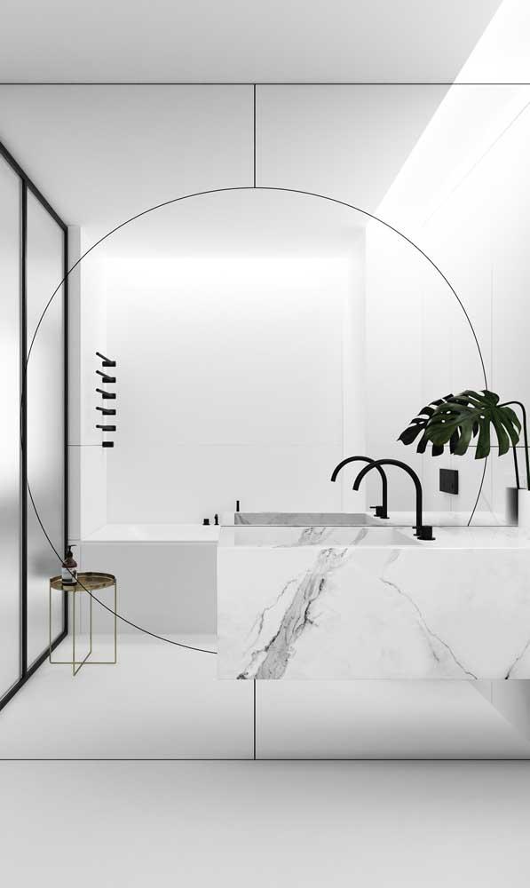 Moderno e minimalista, esse espelho que cobre toda a parede do banheiro possui duas formas geométricas distintas