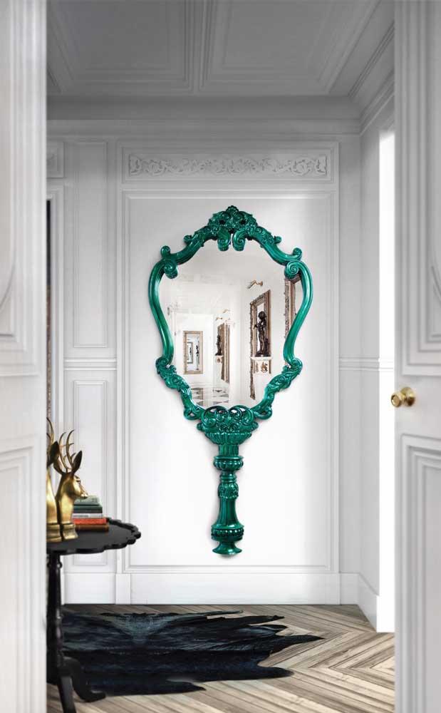 Aqui, a moldura veneziana do espelho é parte importantíssima do projeto de decoração
