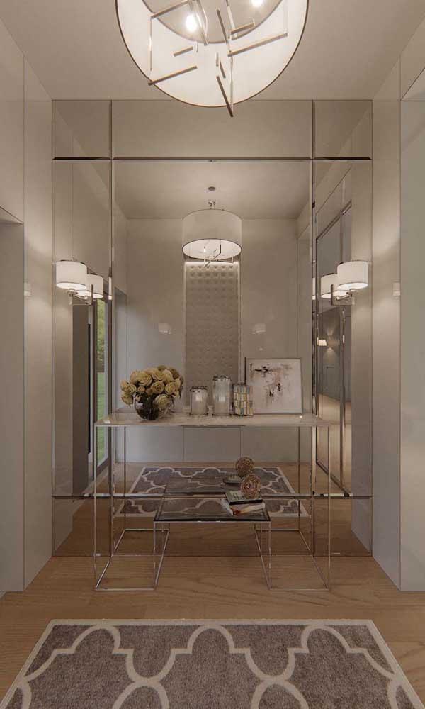 O aparador de design clean e delicado combinou perfeitamente com a parede espelhada atrás