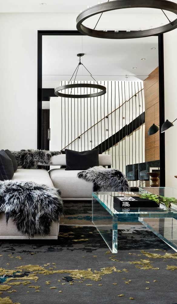 Lindo e criativo efeito visual criado na sala de estar com o auxilio do espelho grande