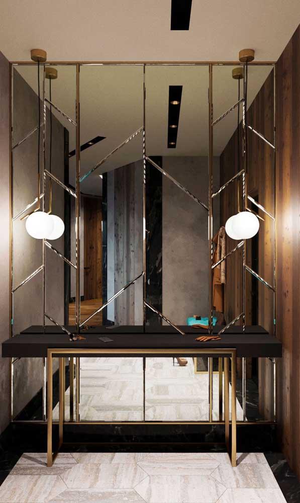 Outra opção para o hall de entrada: conjunto de espelhos encaixados um ao outro cobrindo toda a parede