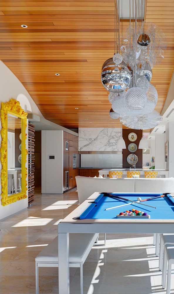 O ambiente moderno ousou com o espelho grande veneziano de moldura amarela