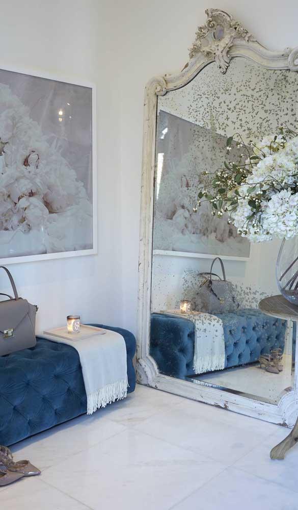 Já aqui, o espelho veneziano aparece em composição com uma decor super delicada e feminina