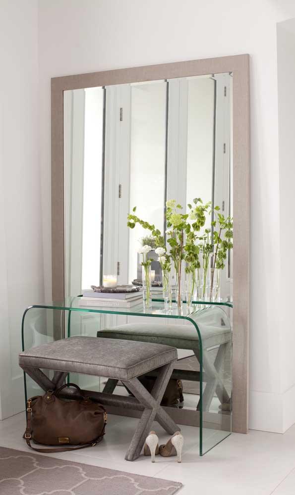 Espelho grande usado junto com o aparador no hall de entrada