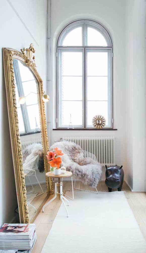 Espelho clássico veneziano refletindo toda a luz que vem pela janela