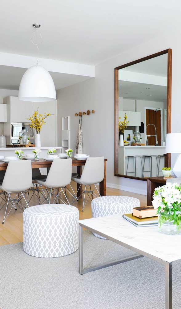 Espelho grande com moldura de madeira seguindo o mesmo estilo da mesa de jantar
