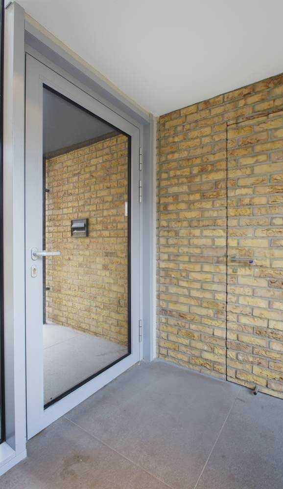 O truque aqui nessa área externa foi usar o espelho grande fixado junto a porta de entrada