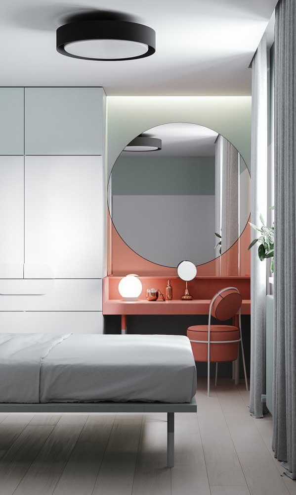 Espelho grande redondo para a penteadeira do quarto do casal