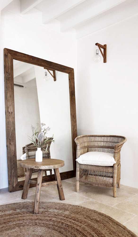 Espelho grande com moldura de madeira para a sala de estilo rústico