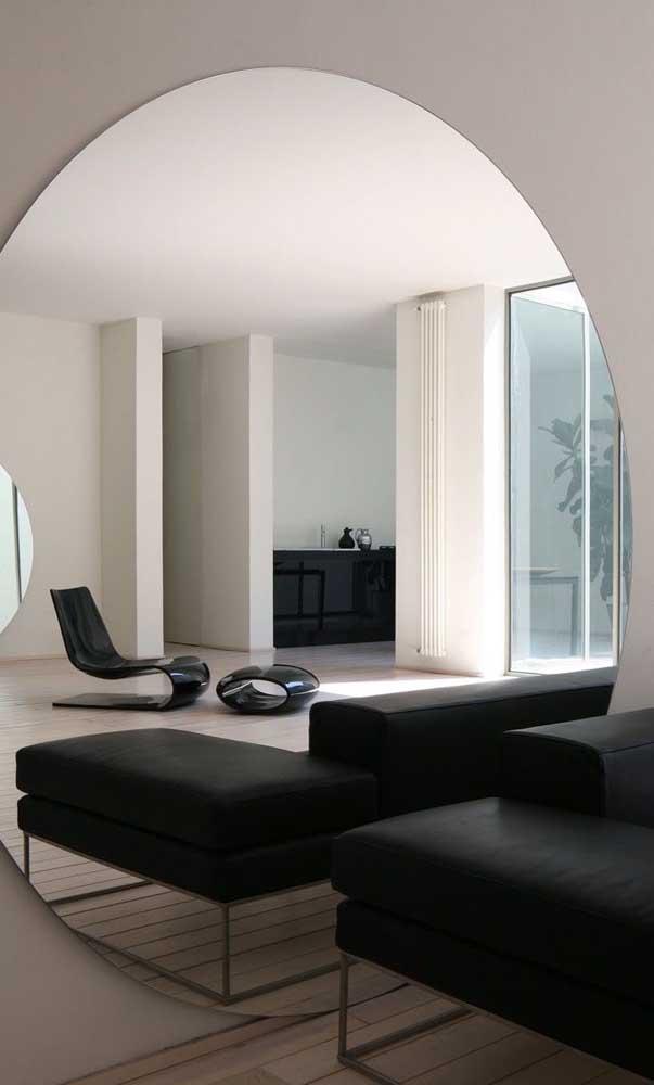 Maravilhosa essa inspiração de sala decorada com espelho redondo grande. Repare que a moldura é totalmente dispensável em propostas desse tipo