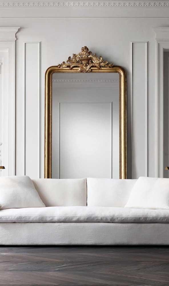 Chiquérrima essa sala de estar decorada com espelho retangular veneziano entre as boiseries